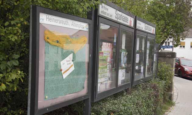 Die Infokästen an der Bushaltestelle